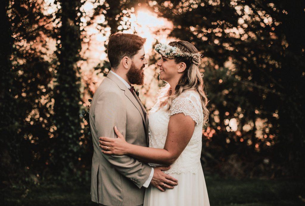 foto de boda con novios a contraluz