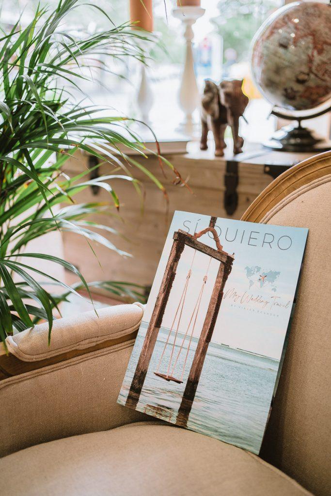 foto a una revista en una silla